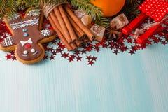 Fond bleu vert avec les épices chaudes, la mandarine et l'étoile d'hiver Photos stock