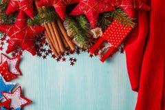 Fond bleu vert avec les épices chaudes, la mandarine et l'étoile d'hiver Images stock
