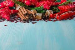 Fond bleu vert avec les épices chaudes, la mandarine et l'étoile d'hiver Image stock