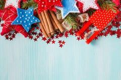 Fond bleu vert avec les épices chaudes, la mandarine et l'étoile d'hiver Images libres de droits