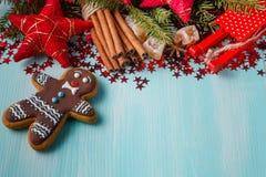 Fond bleu vert avec les épices chaudes, la mandarine et l'étoile d'hiver Photo stock