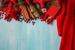 Fond bleu vert avec les épices chaudes, la mandarine et l'étoile d'hiver Photographie stock