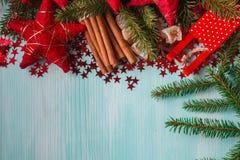 Fond bleu vert avec les épices chaudes, la mandarine et l'étoile d'hiver Photos libres de droits