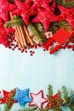 Fond bleu vert avec les épices chaudes, la mandarine et l'étoile d'hiver Photographie stock libre de droits