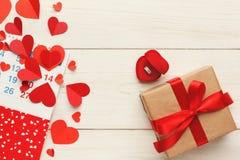 Fond, boîte-cadeau et coeurs de Saint Valentin sur le bois blanc Image libre de droits