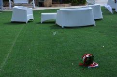 Fond - bouquet nuptiale sur l'herbe verte et les chaises blanches et tables dans le jardin Images stock