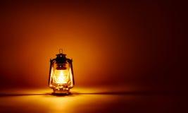 Fond brûlant de lampe de kérosène Image stock