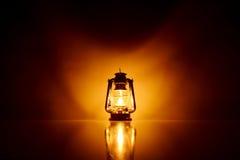 Fond brûlant de lampe de kérosène Photos stock