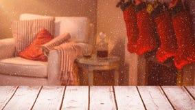 Fond brouillé d'un salon décoré pour Noël combiné avec la neige en baisse banque de vidéos