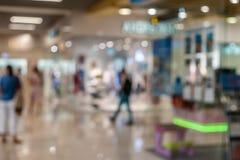 Fond brouillé de clé neutre intérieure générique de centre commercial avec le bokeh léger gentil photographie stock libre de droits
