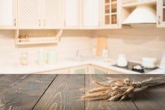 Fond brouillé Dessus de table en bois avec du blé et cuisine moderne defocused pour l'affichage vos produits Photo stock