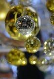 Fond brouillé : La boule de Noël avec la couleur de bokeh allume le fond Images libres de droits