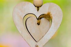 Fond brouillé par coeur d'amour de bois de construction Photo stock