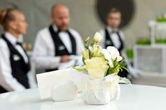 Fond brouillé, serveurs professionnels se tenant dans une rangée Partie extérieure avec le repas sur le pouce Service de restaura image stock