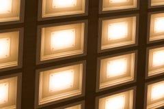 Fond brouillé sous forme de tubes carrés de lampes Image stock