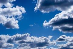 Fond brouill? Ciel bleu et nuages blancs de cumulus dans la lumi?re contourn?e du soleil photo stock