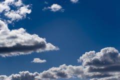 Fond brouill? Ciel bleu et nuages blancs de cumulus dans la lumi?re contourn?e du soleil images libres de droits