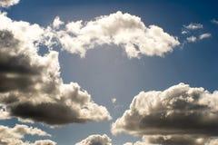 Fond brouill? Ciel bleu et nuages blancs de cumulus dans la lumi?re contourn?e du soleil photos libres de droits