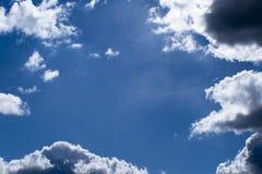 Fond brouill? Ciel bleu et nuages blancs de cumulus dans la lumi?re contourn?e du soleil image stock
