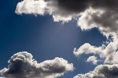 Fond brouill? Ciel bleu et nuages blancs de cumulus dans la lumi?re contourn?e du soleil image libre de droits