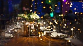 Fond brouill? des personnes s'asseyant au restaurant, ? la barre ou ? la bo?te de nuit avec le bokeh color? de lumi?res photographie stock libre de droits