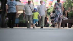 Fond brouill? Les gens marchant sous les parapluies colorés décorés banque de vidéos