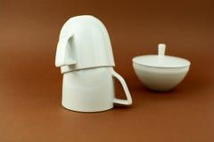 Fond brun à l'envers de deux tasses de café Photo stock