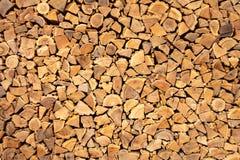 Fond brun créatif de bois de chauffage d'une manière ordonnée empilé Texture de Brown de bois naturel photo libre de droits