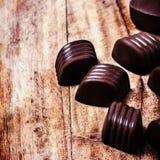 Fond brun de bonbons au chocolat à plan rapproché. Truffes de chocolat dessus Photo libre de droits