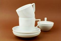 Fond brun de deux tasses de café Photographie stock
