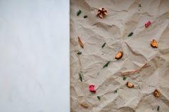 Fond brun froissé de papier d'emballage Photos stock