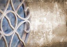 Fond brun grunge abstrait d'art avec l'élément architectural d'art déco Photographie stock libre de droits