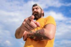 Fond brutal musculaire barbu de ciel d'extérieur de hippie d'homme Masculinité et brutalité Lumbersexual a bien tatoué photos libres de droits