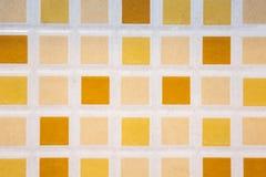 fond carrelé de modèle de plancher, petites tuiles colorées carrées sur t photographie stock