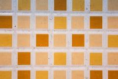 fond carrelé de modèle de plancher, petites tuiles colorées carrées sur t photo stock