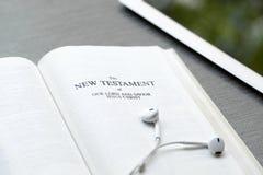 Fond chrétien d'une bible et d'un ipad image stock