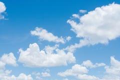 Fond clair de ciel bleu, nuages avec le fond photographie stock libre de droits