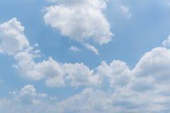 Fond clair de ciel bleu, nuages avec le fond images stock