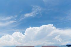 Fond clair de ciel bleu, nuages avec le fond photo stock