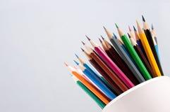 Fond clair simple avec un ensemble de crayons colorés Images libres de droits