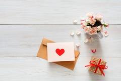 Fond, coeur et fleurs de Saint Valentin sur le bois blanc Images libres de droits