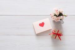 Fond, coeur et fleurs de Saint Valentin sur le bois blanc Image libre de droits