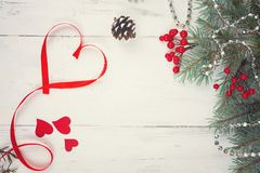 Fond, coeurs et branches de jour du ` s de Valentine d'un arbre de Noël sur un arbre blanc Place pour le texte Vue supérieure Photo libre de droits