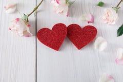 Fond, coeurs et fleurs de Saint Valentin sur le bois blanc Photographie stock libre de droits