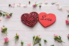 Fond, coeurs et fleurs de Saint Valentin sur le bois blanc Photo libre de droits