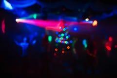 Fond coloré abstrait dans la boîte de nuit avec les lasers mous et les lumières de l'arbre de Noël Photo stock