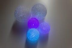 Fond coloré abstrait de boules Boules lumineuses colorées multi sur le fond blanc Image libre de droits