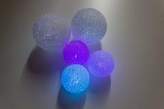 Fond coloré abstrait de boules Boules lumineuses colorées multi sur le fond blanc Photos libres de droits