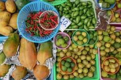 Fond coloré avec le piment de fruits, vert et rouge Images libres de droits