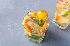 Fond coloré d'été avec des boissons et des fruits d'agrume Photo stock